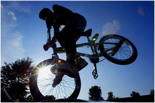 Jugendlicher auf einem BMX-Rad in der Pubertät