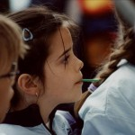 Kind mit gespannter Aufmerksamkeit