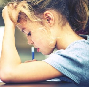 Schülerin, die sich ganz auf ihre Aufgabe konzentriert