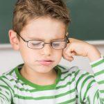 Frustriertes Schulkind. Hochbegabung kann zu Frustration führen, wenn der Unterricht keine klaren Strukturen bietet.