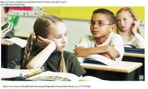 Ein Mädchen träumt im Unterricht