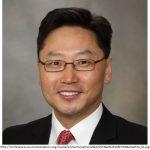 Lee ist ein Neurobiologe, der zu den Lernbedingungen von Hochbegabten geforscht hat.