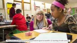 Hochbegabtenförderung - zwei Schülerinnen beim Lösen eines mathematischen Problems.